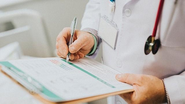 Un chequeo anual generalmente implica un examen realizado por un médico junto con análisis de sangre u otros exámenes.
