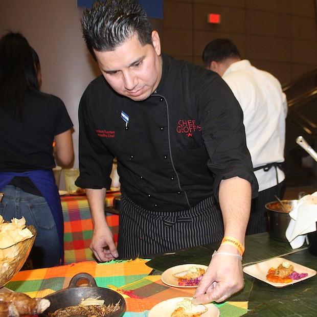 EL SALVADOR. El chef salvadoreño Santos Fuentes ofreció un manjar con el pescado seco como el ingrediente principal. Su clientela fueron unos 600 invitados.