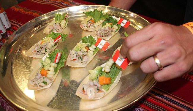 CEVICHE. Los bocadillos de ceviche peruano adornados con granos de maíz y rodajitas de aguacate elaborados por Peruvian Brothers. A la par, Perú ofreció un sorbo de coctel con pisco.