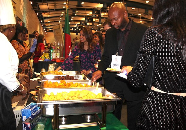 VEGETARIANOS. También hubo menú para vegetarianos. Lo ofreció Camerún con plátanos cocidos y dos tipos de emparedados, uno de ellos con harina de fréjol blanco, hierbas aromatizantes y aceite de palma.