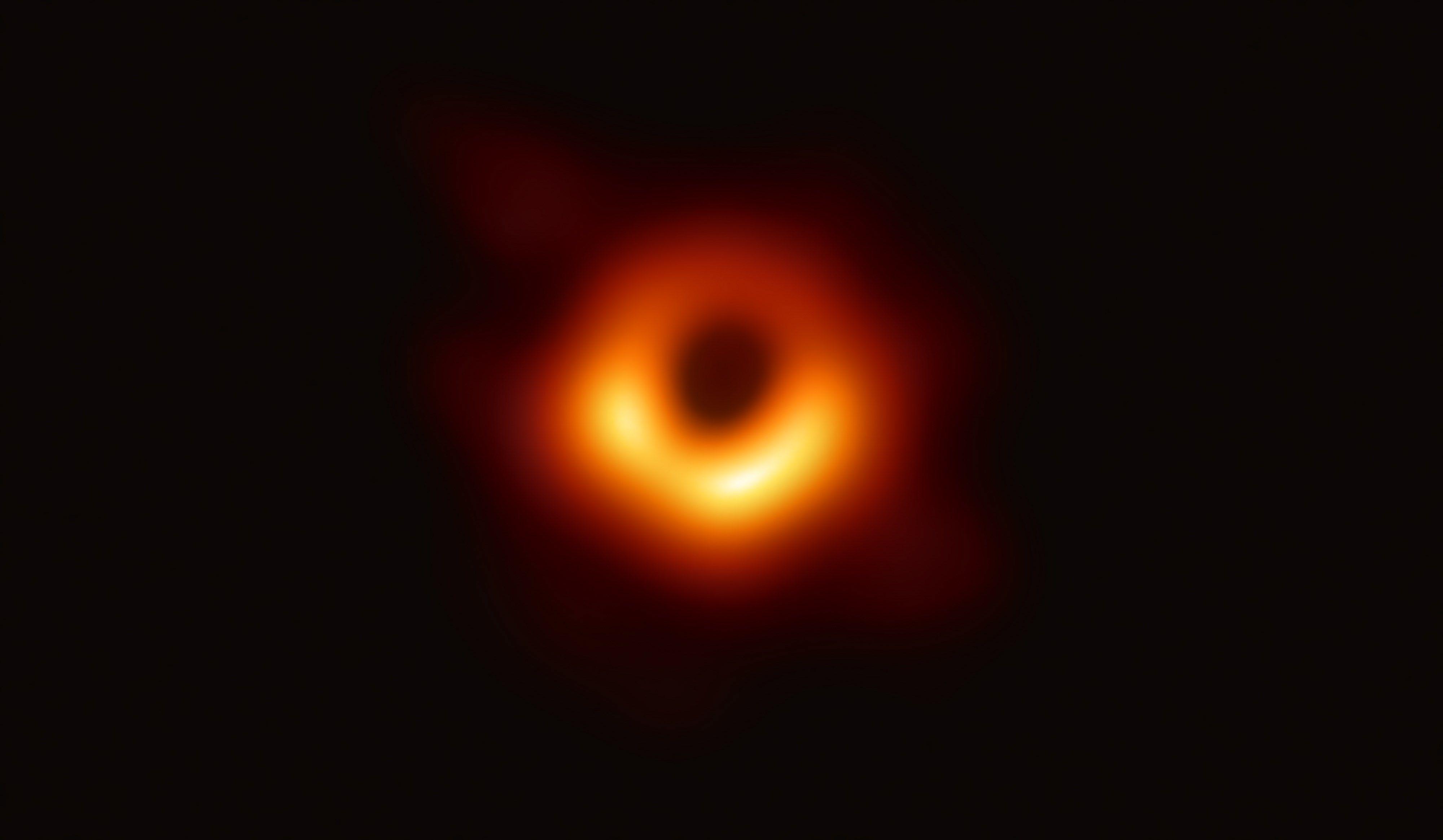 CIENCIA. Imagen de un anillo con una mitad más luminosa que la otra que corresponde al agujero negro supermasivo ubicado en el centro de la galaxia M87.