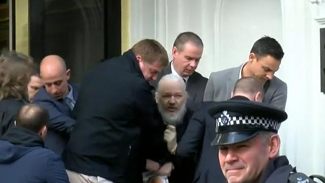 Julian Assange después de que Ecuador le retirara el asilo político y fuese detenido