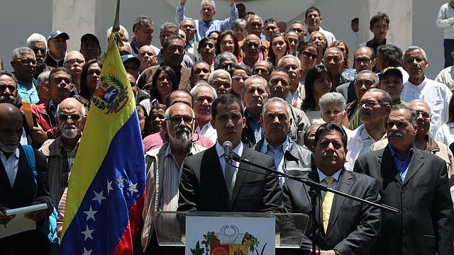 CARACAS. Juan Guaidó durante declaraciones tras una reunión con empleados públicos el lunes 8 de abril, en el Palacio Federal Legislativo.