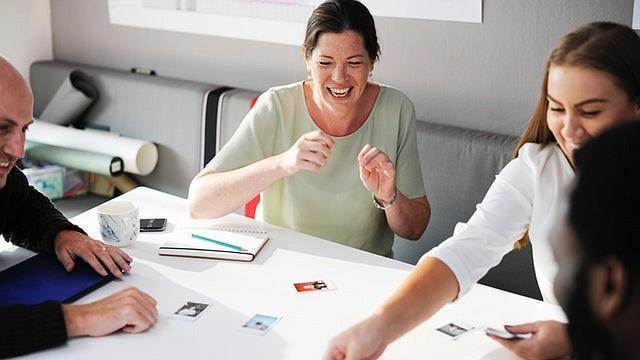 Las compañías participantes están contratando para posiciones a tiempo completo y medio tiempo. Se recomienda que vaya vestido con ropa de negocios.