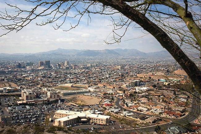 Oficiales de inmigración están liberando hasta 700 personas por día en El Paso, Texas. Ciudad Juárez, México, se puede ver en la distancia.