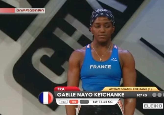 Levantadora de pesas se fracturó el brazo y aun así ganó medalla de bronce