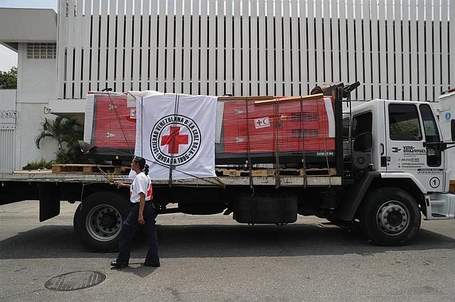 VENEZUELA. Vehículos de la Cruz Roja llegan a una sede del organismo, este martes en Caracas