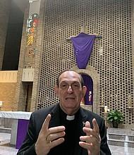 MENSAJE. El reverendo Eugenio Hoyos, director del Apostolado Hispano de la Diócesis de Arlington, el martes 16 de abril, se solidarizó con los inmigrantes en sus homilías de Semana Santa.