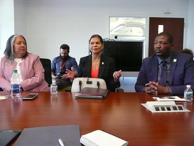 AUTORIDADES. De izquierda a derecha durante la rueda de prensa: Michelle García, directora de la Oficina de Servicios para Víctimas; Brenda Donald, directora de la Agencia de Servicios de Niños y Familia; y, Delbert McFadden, director ejecutivo de la Oficina de Seguridad y Participación del Barrio.