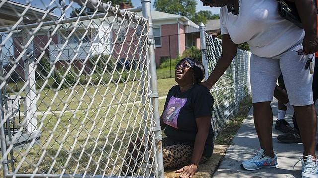 VÍCTIMAS. Sharon Johnson, la madre de la víctima de homicidio Omoni Johnson, llora en el punto de la cuadra 4900 de la B St. en el sureste de DC donde fue asesinado su hijo en 2015.