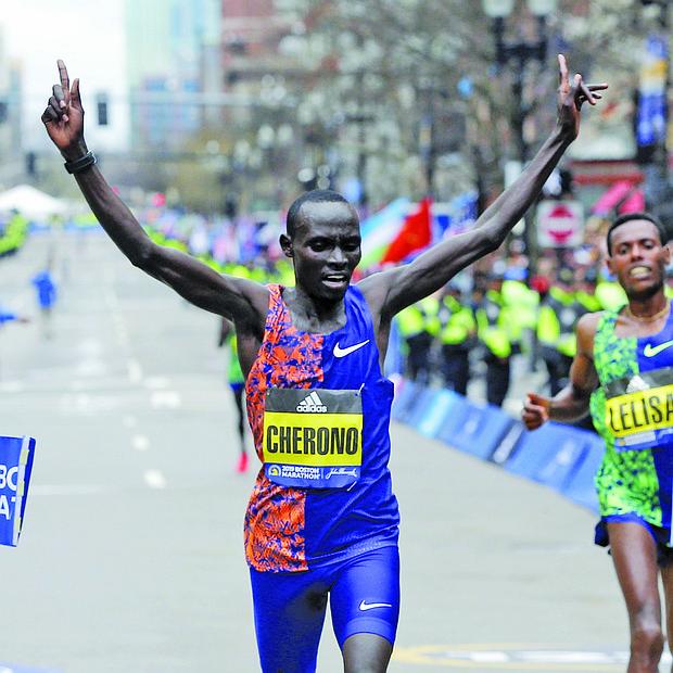 En una ajustada conclusión de las 26.2 millas, el keniano Lawrence Cherono (c) es el primero en cruzar la línea de meta durante la 123 edición del Maratón de Boston este lunes.