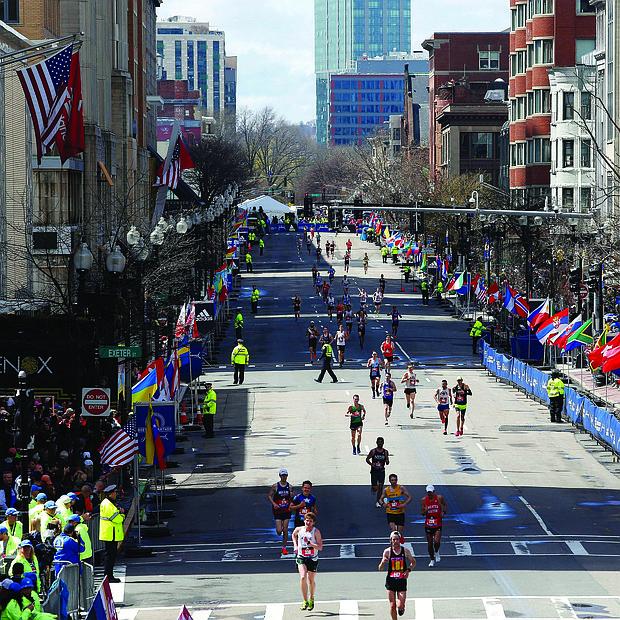 Participantes compiten durante la 123 edición del Maratón de Boston el lunes 15 de abril.