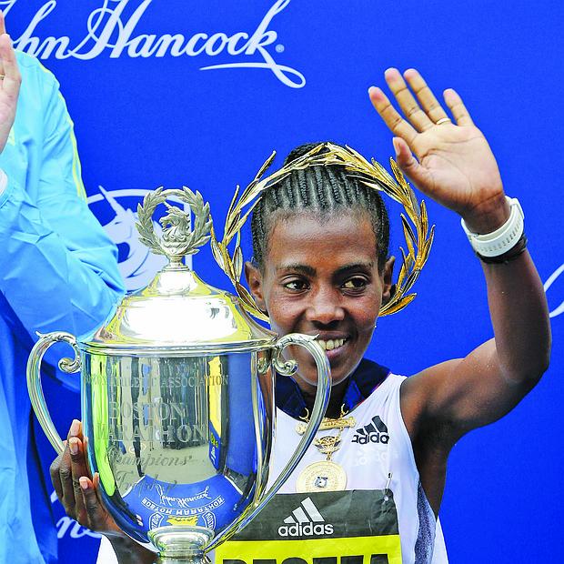 La etíope Worknesh Degefa posa para los fotógrafos tras vencer en la competición femenina de la 123 edición del Maratón de Boston.