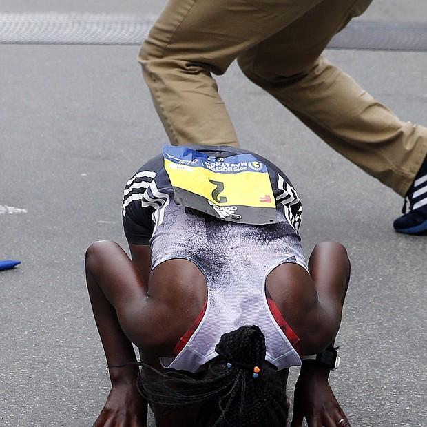 La etíope Worknesh Degefa besa el suelo tras vencer en la competición femenina de la 123 edición del Maratón de Boston.
