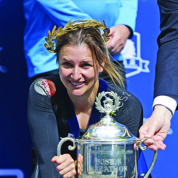 La suiza Manuela Schar posa para los fotógrafos tras vencer en la competición femenina de silla de ruedas de la 123 edición del Maratón de Boston.