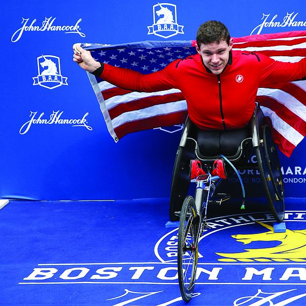 El estadounidense Daniel Romanchuk posa para los fotógrafos tras ganar en la competición masculina de silla de ruedas de la 123 edición del maratón de Boston.