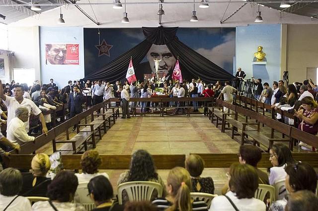 """PERÚ.  Miles de personas, incluidos políticos y partidarios, acuden este jueves a despedir al expresidente peruano Alan García en el velatorio levantado en la """"Casa del Pueblo"""", la antigua sede del partido Aprista en el centro de Lima"""