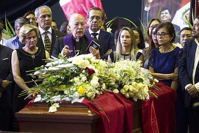 """PERÚ. El excardenal Juan Luis Cipriani asiste al velatorio levantado en la """"Casa del Pueblo"""", la antigua sede del partido Aprista en el centro de Lima"""