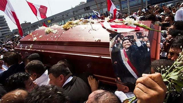 """PERÚ. Personas cargan el féretro del expresidente peruano Alan García tras el velorio celebrado este viernes en la """"Casa del Pueblo"""", la sede central del Partido Aprista Peruano"""