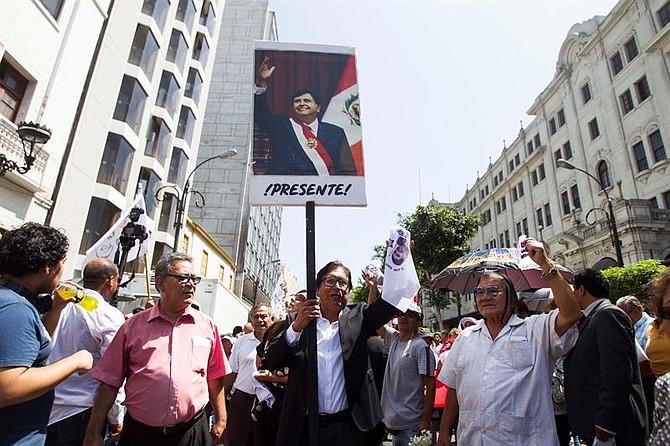 PERÚ.Simpatizantes del expresidente peruano Alan García acompañan a su féretro al cementerio, en Lima