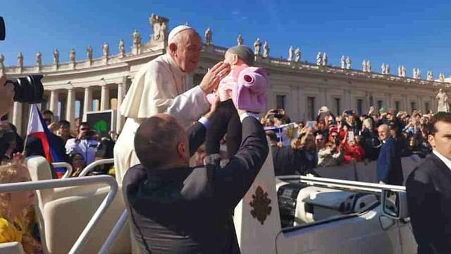 EL VATICANO. Ariana, la pequeña de 10 meses de edad que recibió la bendición del Papa Francisco