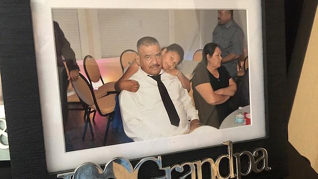 Una foto familiar de José Contreras. Su hermana María está preocupada por su deterioro físico y mental desde que fue detenido.