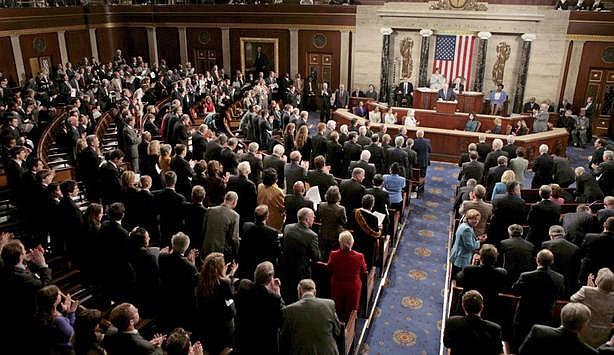 """CÁMARA. """"Ahora le corresponde al Congreso determinar por sí mismo el alcance total de la mala conducta y decidir qué medidas tomar en el ejercicio de nuestros deberes de supervisión, legislación y responsabilidad constitucional""""."""