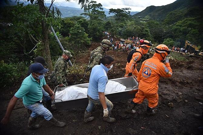 COLOMBIA. Voluntarios, miembros de Defensa Civil y soldados trasladan dos cuerpos tras un deslizamiento de tierra, en la vereda Portachuelo, en el municipio de Rosas, Cauca