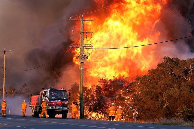 ACCIDENTE. Tres bomberos resultaron lesionados y fueron llevados a un hospital con quemaduras y otra persona fue atendida por inhalación de humo.
