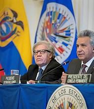"""El presidente de Ecuador, Lenín Moreno (d), ofrece un discurso junto al secretario general de la Organización de Estados Americanos (OEA), Luis Almagro (i), durante una sesión protocolaria del Consejo Permanente de la OEA, este miércoles en Washington (Estados Unidos). Moreno acusó al fundador del portal WikiLeaks, Julian Assange, de utilizar la embajada ecuatoriana en Londres como """"centro de espionaje""""."""