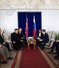 MUNDO. El líder de Corea del Norte, Kim Jong-un (c-izq), mantiene una reunión con el ministro de Desarrollo para el Extremo Oriente de Rusia, Alexander Kozlov (c-dcha), en Jasán (Rusia)