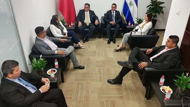 EL SALVADOR - Reynaldo Cardoza, del PCN, Jaime Sandoval y Dina Argueta, del FMLN y Milena Mayorga, de ARENA, conforman el segundo grupo de diputados que han viajado a China.