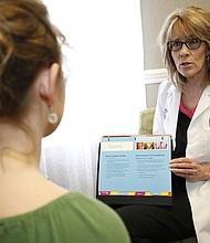Karolyn Schrage, directora ejecutiva de la clínica Choices Medical Services, en Joplin, Missouri, dice que mujeres embarazadas, hombres jóvenes y adolescentes están entre el creciente número de nuevos pacientes que llegan al centro con sífilis.