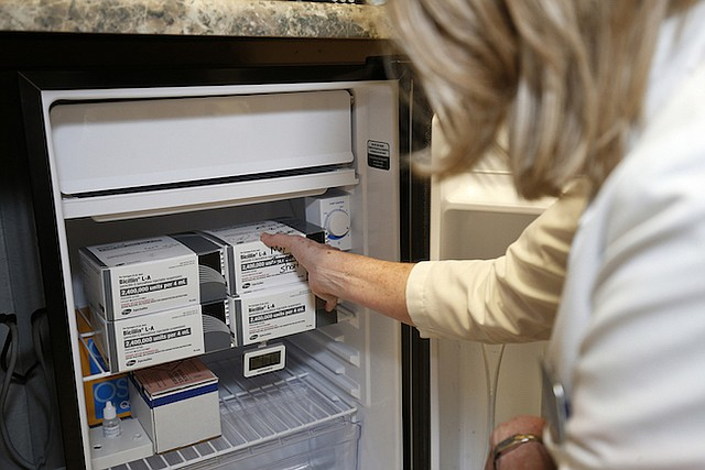 Karolyn Schrage dice que el antibiótico que se utiliza para tratar la sífilis prácticamente vuela de estantes y refrigeradoras.
