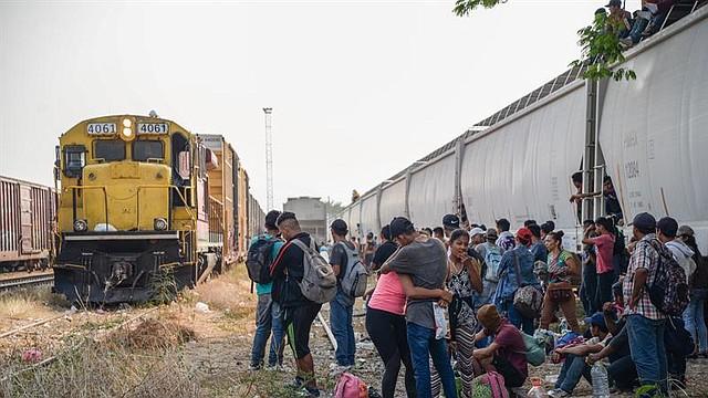 """MÉXICO. Cientos de migrantes centroamericanos esperan abordar nuevamente las góndolas del tren """"La Bestia"""" este viernes en el municipio de Ixtepec, en el estado de Oaxaca (México), para continuar su camino hacia la frontera de Estados Unidos"""