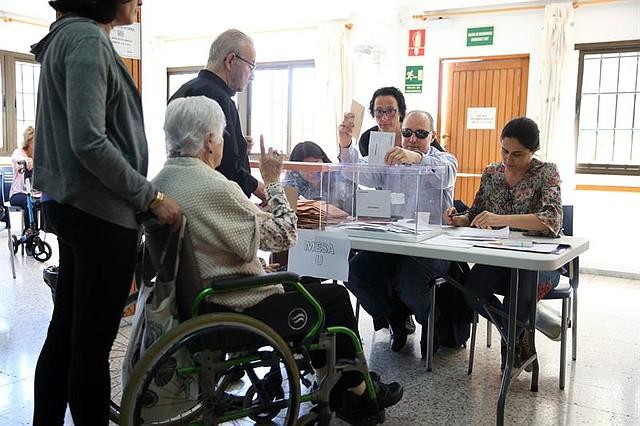 ESPAÑA.  Antonio Acosta es el primer ciudadano sordociego de España al que le ha tocado presidir una mesa electoral. En la imagen, durante las votaciones de la mesa de la capital tinerfeña donde realiza las funciones de presidente