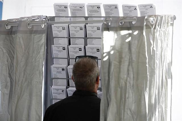 ESPAÑA. Los colegios electorales han abierto sus puertas a las 09:00 horas para recoger el voto de los casi 36,9 millones de electores que decidirán este domingo en los comicios generales el reparto de los 350 escaños del Congreso de los Diputados y los 208 del Senado durante la próxima legislatura