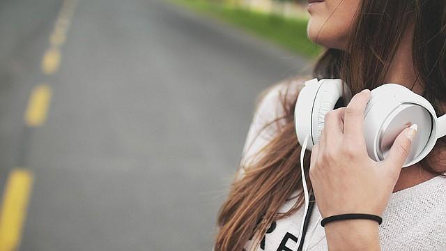 SALUD.  Foto de referencia de una joven con unos audífonos