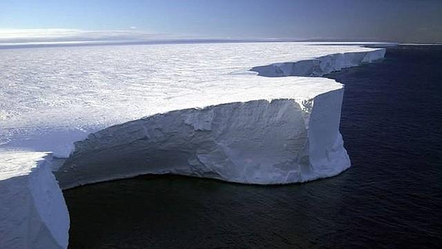 La mayoría de la barrera de hielo de Ross se localiza dentro de la Dependencia de Ross reclamada por Nueva Zelanda.