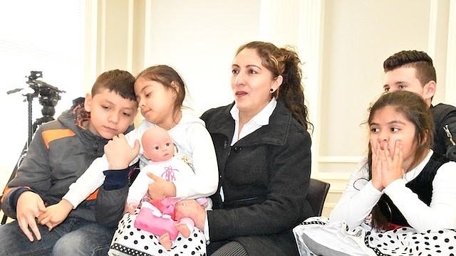 FAMILIA. Roxana Orellana Santos teme ser separada de sus niños, tres nacidos aquí y el mayor de 18 años, con residencia permanente.