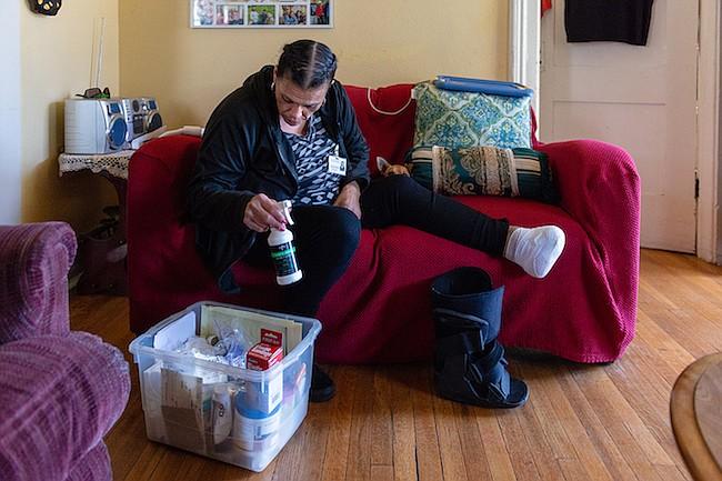 Patricia Zamora se prepara para limpiar la herida de su pie, el 1 de noviembre de 2018. Zamora fue diagnosticada primero con diabetes gestacional y luego recibió el diagnóstico de diabetes tipo 2.