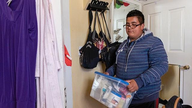 """Jesse Guerrero ayuda a cuidar a su mamá, quien tiene diabetes. """"Quiero que se me mejore así podemos salir a pasear"""". dijo."""