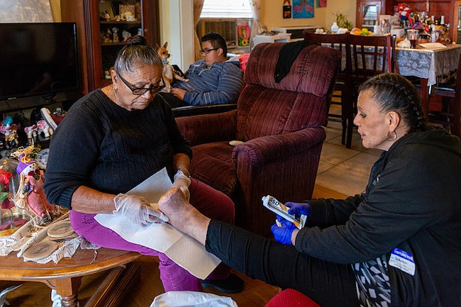 La abuela de Patricia Zamora la ayuda a limpiarse la herida. Zamora tuvo que dejar su puesto de supervisora. Fue desalojada y tuvo que mudarse con su hijo a la casa de sus padres, en Pomona, California.