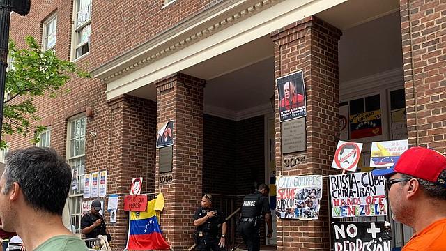 LOCALES- Situación continúa tensa en la embajada de Venezuela ubicada en Washington