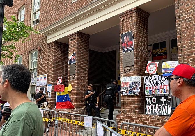 Invasores desalojan embajada venezolana en Washington