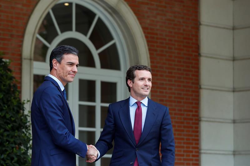 MUNDO. El presidente del Gobierno en funciones, Pedro Sánchez (i), recibe al líder del PP, Pablo Casado, este lunes en el Palacio de La Moncloa