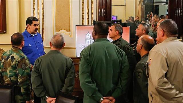 CARACAS. Fotografía cedida por la oficina de Prensa de Miraflores, en la que se observa a Nicolás Maduro (i) durante una reunión con miembros de su gabinete y de las Fuerzas Armadas el 30 de abril de 2019.