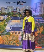 COREA. Una de las visitantes se engalanó con uno de los vestidos tradicionales de Corea.
