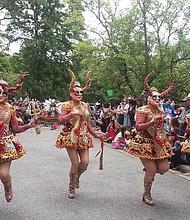 BOLIVIA. Las diabladas, una danza típica boliviana, deleitó a los asistentes en la avenida Massachusetts en DC.