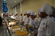 CARRERAS. Carlos Rosario prepara a estudiantes en artes culinarias. En el evento ellos presentaron deliciosos platillos a los invitados.